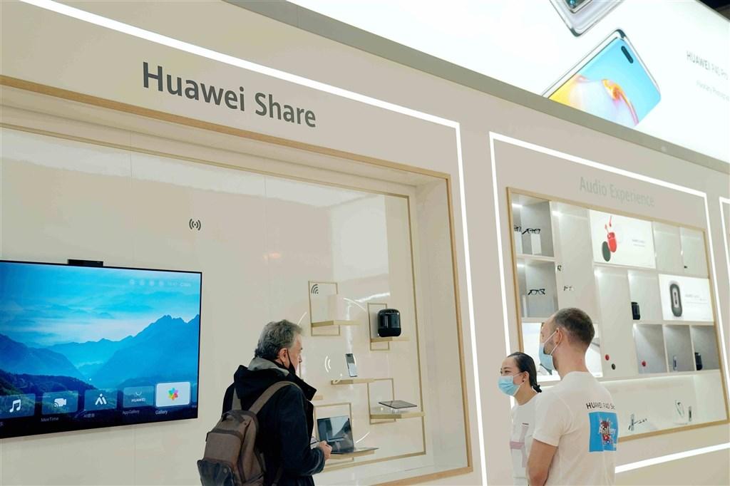 瑞典將在11月拍賣5G頻譜,電信監管機構宣布,禁止5G網路使用中國電信設備公司華為和中興通訊的設備。圖為華為2020年9月參加柏林國際電子消費品展覽會。 (中新社)