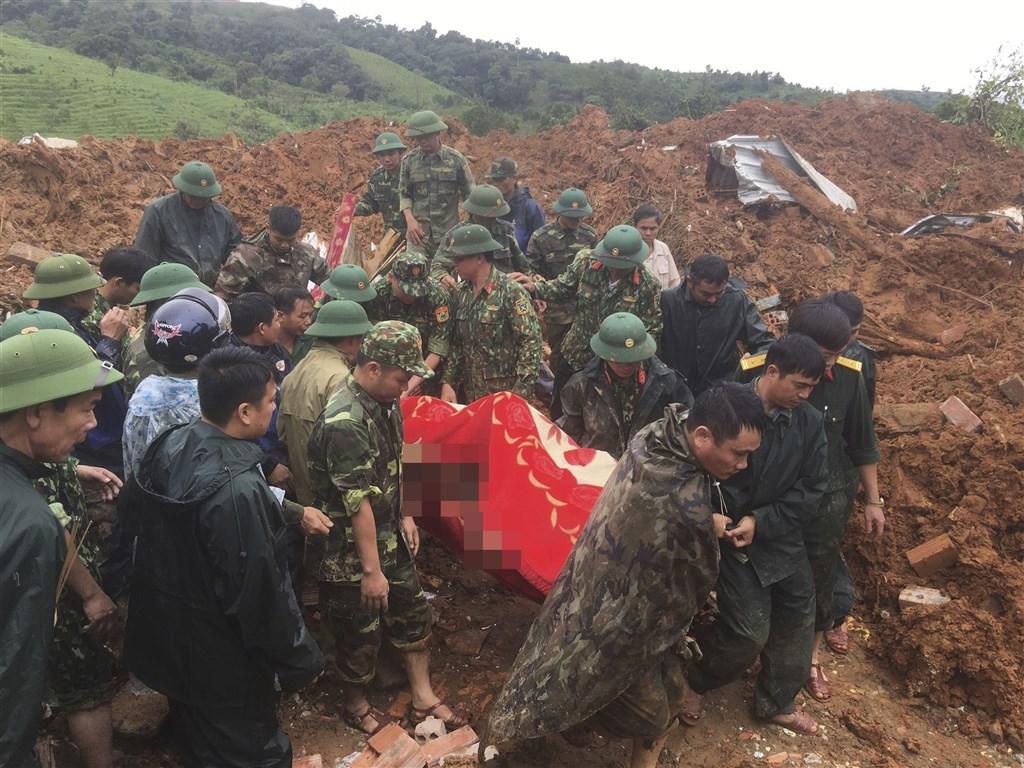 越南中部濱海廣治省18日一場土石流造成至少20名官兵罹難、2人失蹤,罹難者裡還包括兩名將領。圖為越南軍人搜救情形。(美聯社)