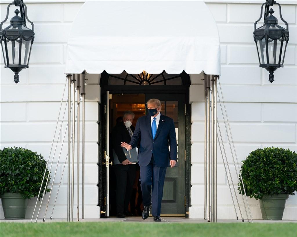 美國總統川普(前)19日表示,他本週在與民主黨籍競選對手拜登進行再次大選辯論之前,會先接受武漢肺炎病毒檢測。(圖取自Flickr;作者White House,版權屬公眾領域)