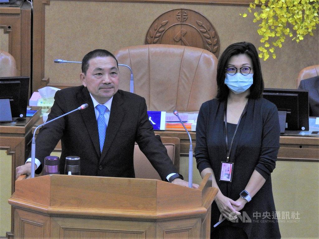 新北市長侯友宜(左)21日針對中國外交官闖入台灣駐斐濟代表處國慶酒會還動手毆打台灣代表處人員一事表示「太過分」,外人侵門踏戶還施暴應予譴責。中央社記者王鴻國攝 109年10月21日