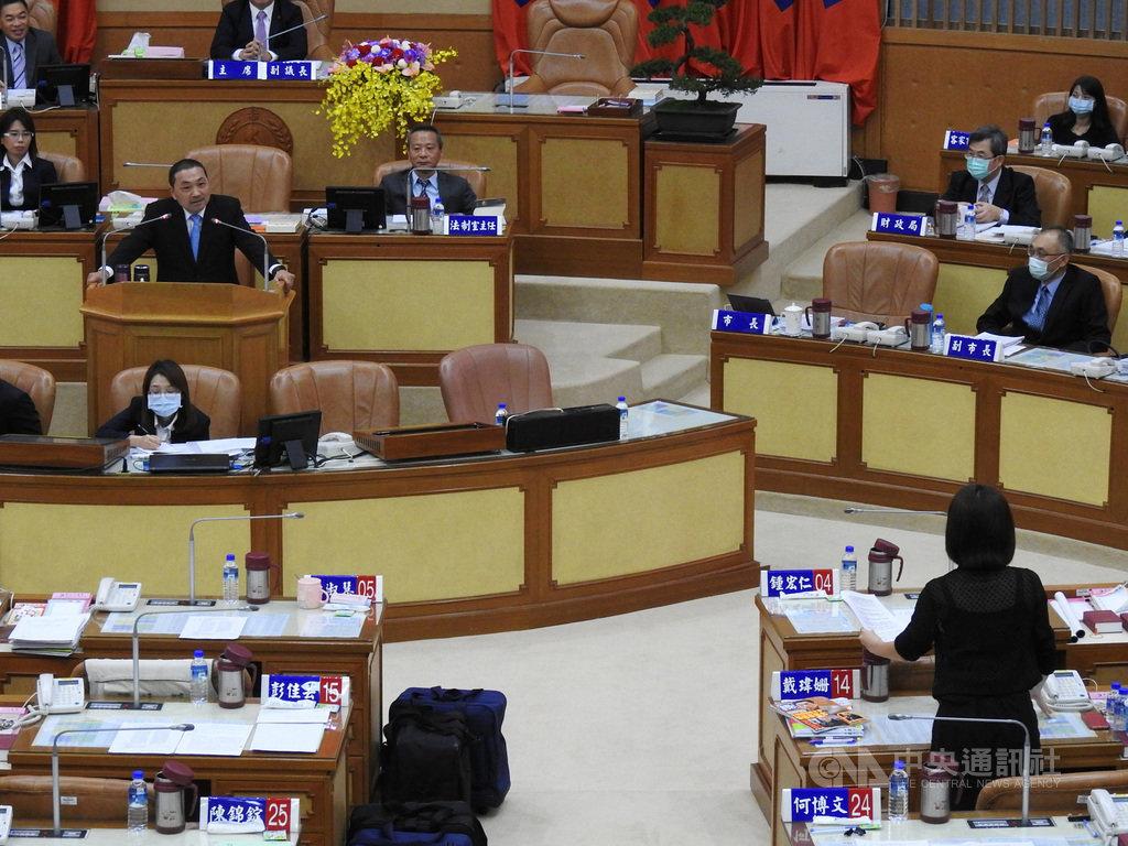 新北市議會第3屆第4次定期會21日進行市政總質詢,市長侯友宜(2排左)到議會備詢。中央社記者王鴻國攝  109年10月21日