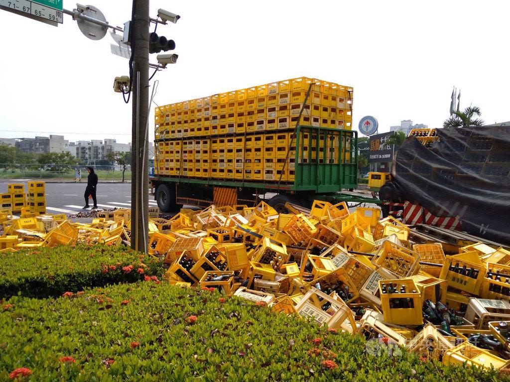 一輛滿載台灣啤酒的聯結車21日行經台南市南區中華西路時,疑因過彎速度太快或貨物綑綁不當,造成逾800箱1萬7000多瓶啤酒掉落路面,所幸無人受傷。(台南市警局提供)中央社記者張榮祥台南傳真 109年10月21日