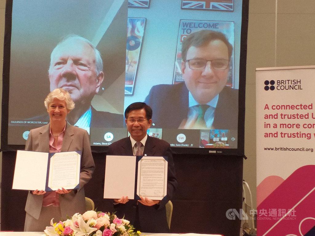 英國在台辦事處代表唐凱琳(左)與教育部長潘文忠21日簽署英語教學和評量合作暨交流意向書,以加強雙邊英語教育合作。英國國際貿易部貿易政策部長韓斯(右上)及對台貿易特使福克納勳爵(左上)見證。中央社記者陳韻聿攝 109年10月21日