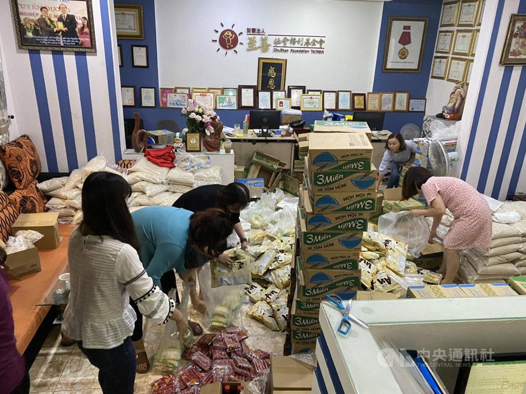 為了協助受災民眾度過難關,至善基金會先前已自「越南貧童助學計畫」中緊急調度1萬美元購買救生衣、即食食品發放給災民。圖為至善基金會越南順化工作站工作人員正在辦公室分裝緊急物資。(至善基金會越南順化工作站提供)中央社記者陳家倫河內傳真 109年10月21日