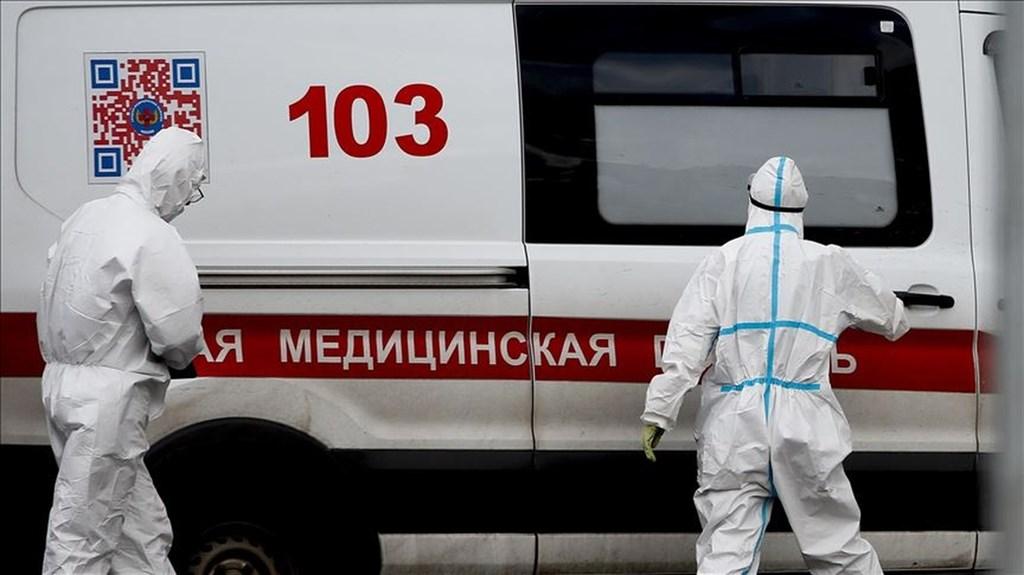 武漢肺炎疫情未歇,俄羅斯20日通報新增1萬6319起確診病例,包括首都莫斯科的4999起,創下單日新高紀錄。圖為莫斯科醫護人員穿戴防護裝備。(安納杜魯新聞社)