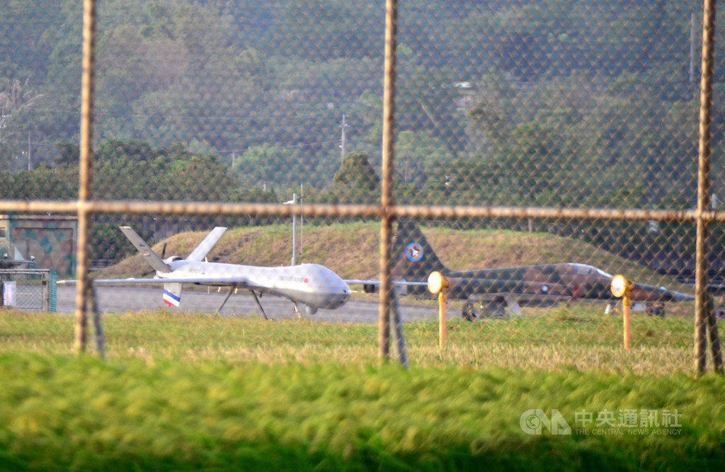 中科院10月底將連續4天從九鵬基地火砲射擊,公告危險範圍有100公里和300公里,射擊無人機也將參與。圖左為中科院研發的騰雲無人機。(中央社檔案照片)
