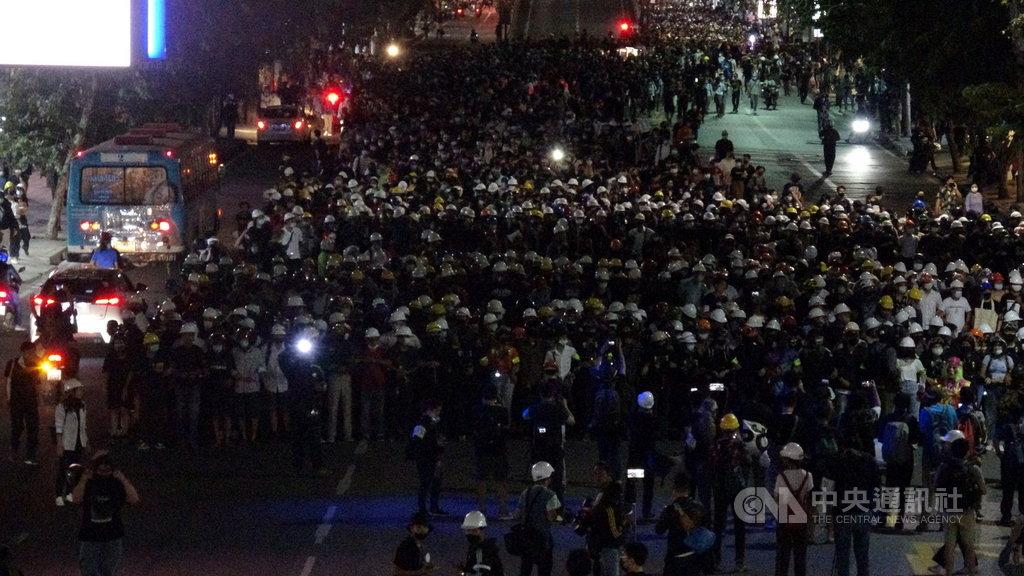 泰國民眾21日下午聚集在勝利紀念碑前,上千民眾隨後無預警遊行到總理府前要總理帕拉育下台中央社記者呂欣憓曼谷攝 109年10月21日