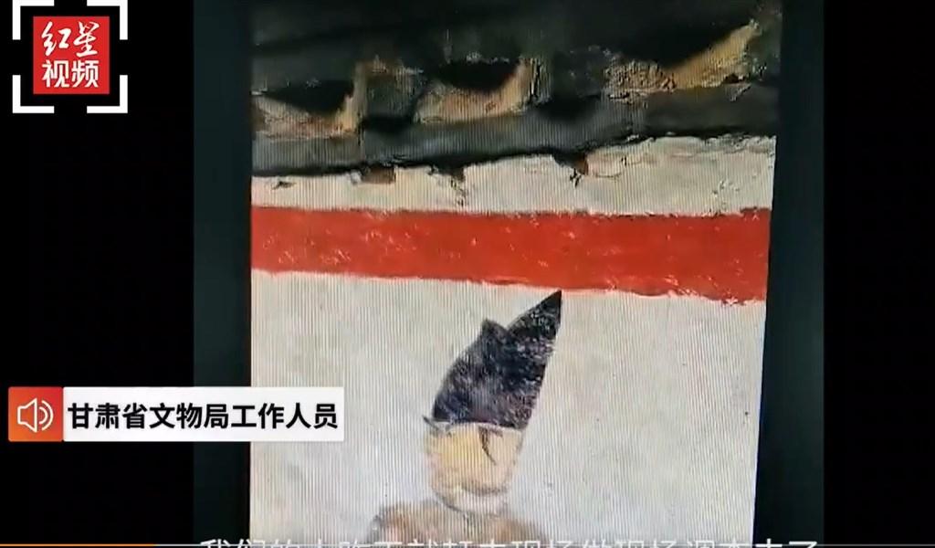 中國甘肅省在高速公路修建工程期間發現一處疑似為唐代的古墓,但施工單位並未暫時停工、提報,造成嚴重毀損。(圖取自weibo.com/hongxingxinwen)