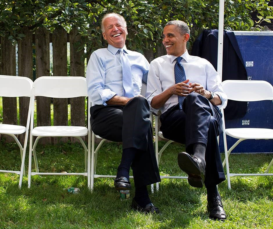 美國大選進入倒數,民主黨籍總統候選人拜登(左)與現任總統川普在幾個關鍵州的民調不相上下,前總統歐巴馬(右)一改先前低調態度,21日將首度替拜登親自站台。(圖取自facebook.com/barackobama)