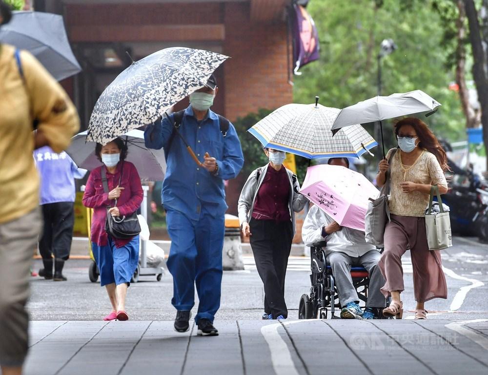 氣象局表示,22日北部、東半部地區有不定時的陣雨,白天北台灣高溫23至25度,預估北台灣愈晚愈濕涼,23日起降雨漸緩。(中央社檔案照片)
