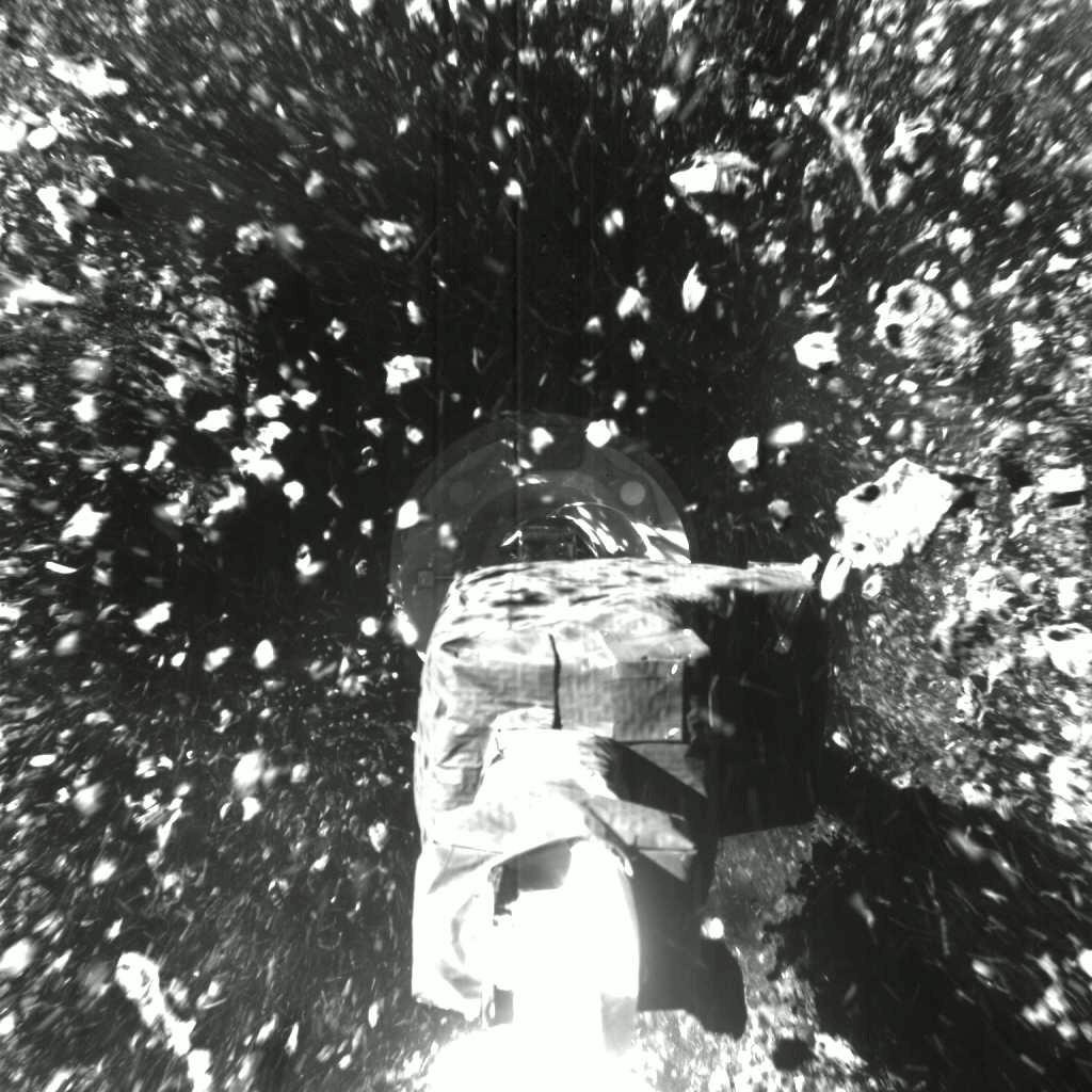 NASA 21日公布無人探測器「歐塞瑞斯號」在小行星貝努(Bennu)採集樣本的首批影像,似乎成功蒐集到石塊與塵埃。(圖取自twitter.com/OSIRISREx)