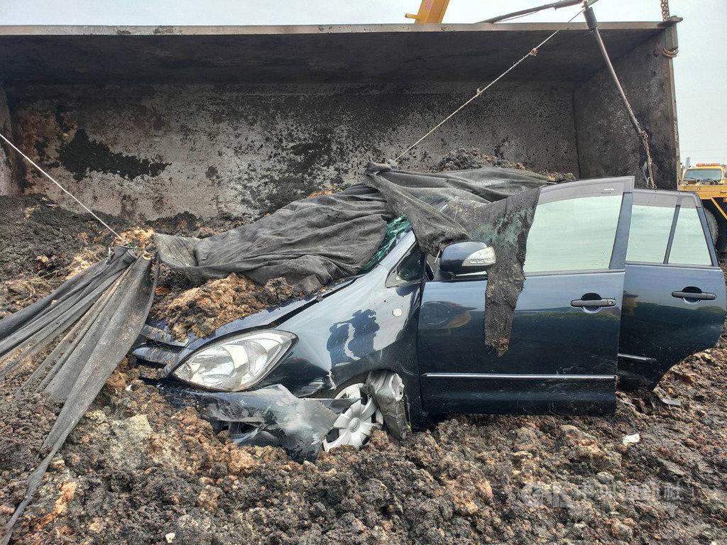 國道1號北上337公里路竹路段22日中午發生砂石車翻覆車禍,大量砂石傾倒路面,一輛自小客車受波及,事故造成1人骨折、1人送醫不治。(民眾提供)中央社記者洪學廣傳真 109年10月22日