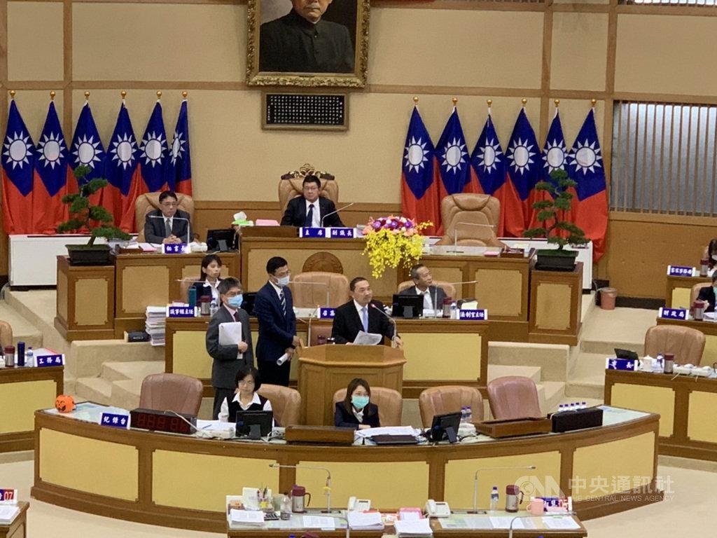 新北市與台北市確定成為2025年世界壯年運動會主辦城,新北市長侯友宜(站立者右)22日在議會市政總質詢時表示,朝世大運模式進行,他希望與所有議員一起參加。中央社記者沈佩瑤攝 109年10月22日