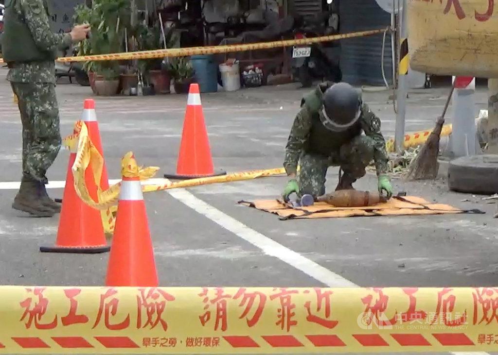 雲林縣斗南鎮一間老屋22日上午進行拆除工程,工人在屋內發現有個廢棄輪胎包裹未爆彈,立即通報相關人員,警方先疏散附近居民、封街,由軍方人員將未爆彈以防爆毯包住並帶走。中央社記者姜宜菁攝 109年10月22日
