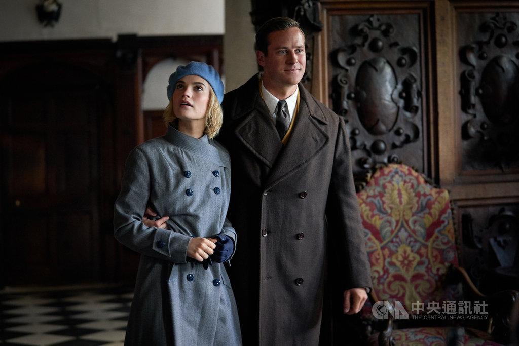 好萊塢男星艾米漢默(Armie Hammer)(右),在驚悚電影「蝴蝶夢」飾演滿懷祕密的陰鬱富商,與續弦妻莉莉詹姆斯(Lily James)(左)共同被死去的前妻陰影糾纏。(Netflix提供)中央社記者葉冠吟傳真  109年10月22日