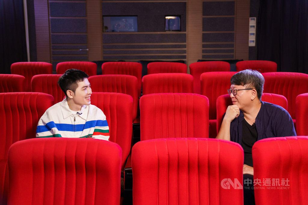 導演楊力州(右)監製的「怪咖系列」紀錄片,將於11月首先推出「非法母親」、「動保蝙蝠俠」,藝人蕭敬騰(左)22日現身試映會站台。(財團法人向上科技教育基金會提供)中央社實習記者陳奕安傳真 109年10月22日
