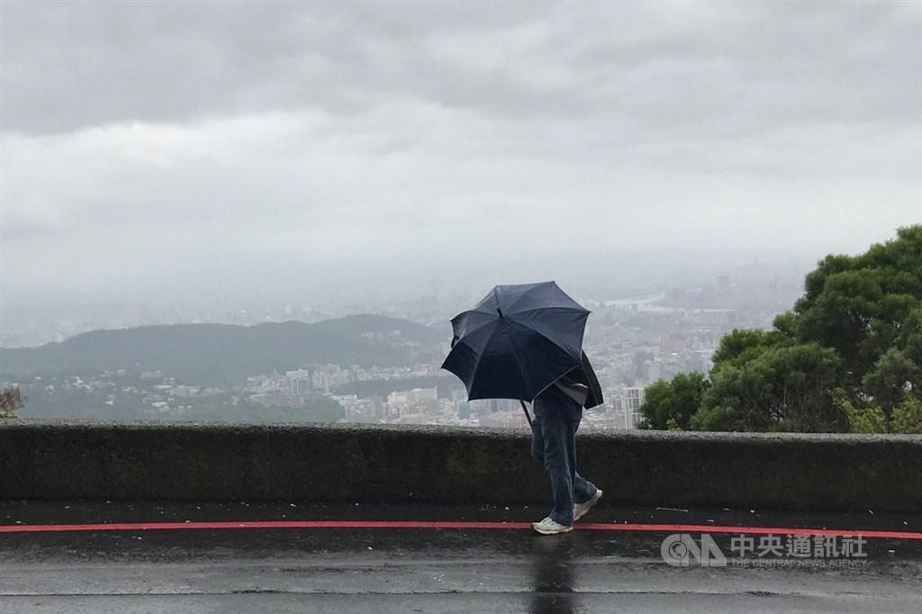 氣象局22日表示,颱風沙德爾升級為中颱,預估降雨情況至24日開始減緩,屆時台北低溫將會降至19度。(中央社檔案照片)