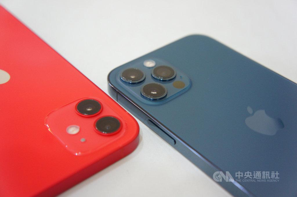 iPhone 12 Pro(右)搭載三鏡頭相機,可拍攝最高4K 60 fps格式影片,且夜間模式可拍攝具有景深效果的人像照。左為配備雙鏡頭相機的iPhone 12。中央社記者吳家豪攝 109年10月22日