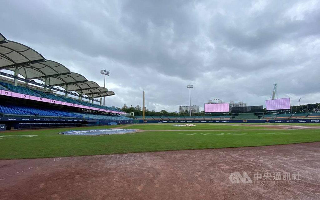 中華職棒原定22日在新莊棒球場進行富邦悍將與統一獅隊交手的賽事,新莊棒球場受雨勢影響、場地不佳,無法進行比賽,將於23日晚間6時35分於原場地進行補賽。中央社記者楊啟芳攝  109年10月22日