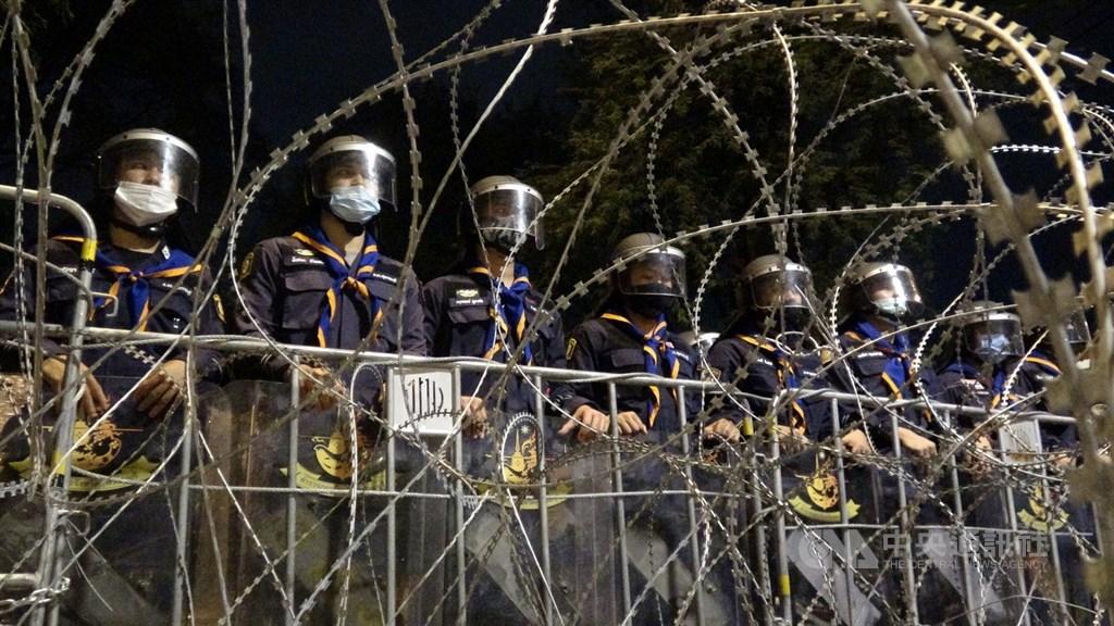 泰國民眾21日下午無預警遊行到總理府前要總理帕拉育下台,遭遇警方以鐵絲網阻擋。中央社記者呂欣憓曼谷攝 109年10月21日