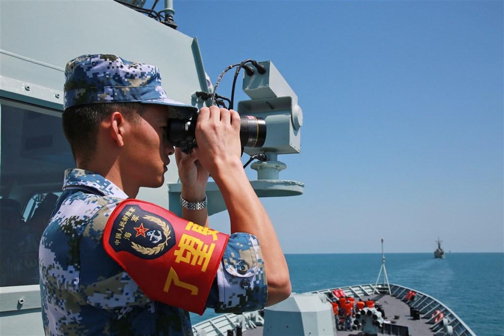 正遭受美國強力圍堵之際,中國擬修改「國防法」,增列「發展利益遭受威脅」為動員開戰條件。圖為2018年中國海軍參加海上聯合軍演情形。(中新社)
