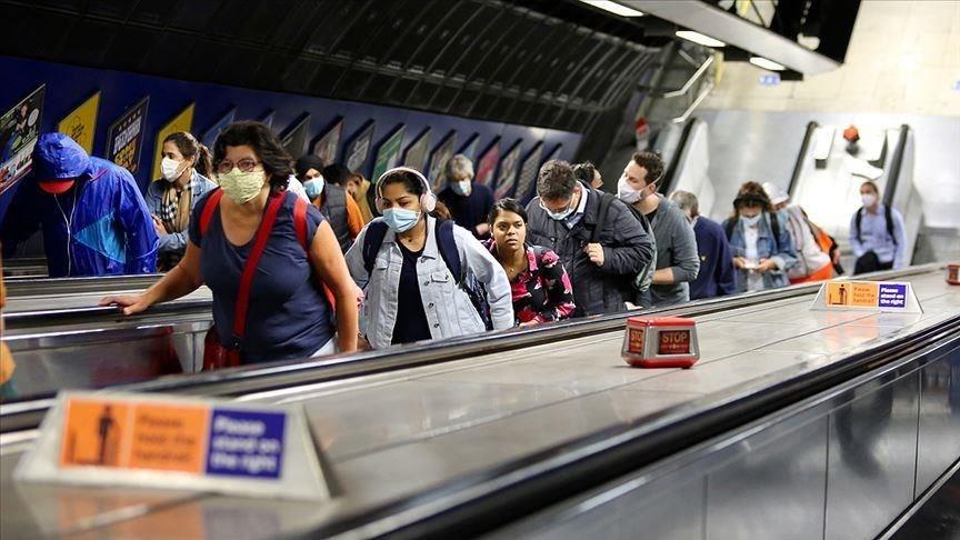 英國武漢肺炎超過2萬人確診,病故人數為241人。圖為倫敦民眾戴口罩搭地鐵。(安納杜魯新聞社)