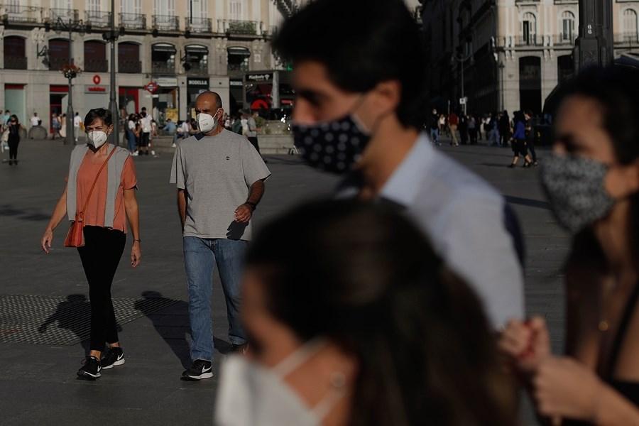 西班牙總理桑傑士為對抗第二波武漢肺炎疫情來襲,25日宣告全國進入緊急狀態,且除了加納利群島以外全境實施宵禁。圖為10日西班牙馬德里街頭戴口罩出門民眾。(安納杜魯新聞社)