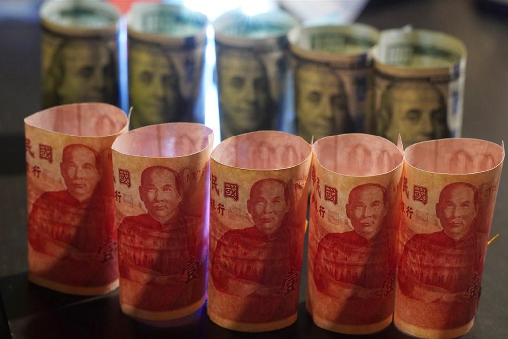 新台幣兌美元23日中午暫收28.641元,強升2.62角。(中央社檔案照片)