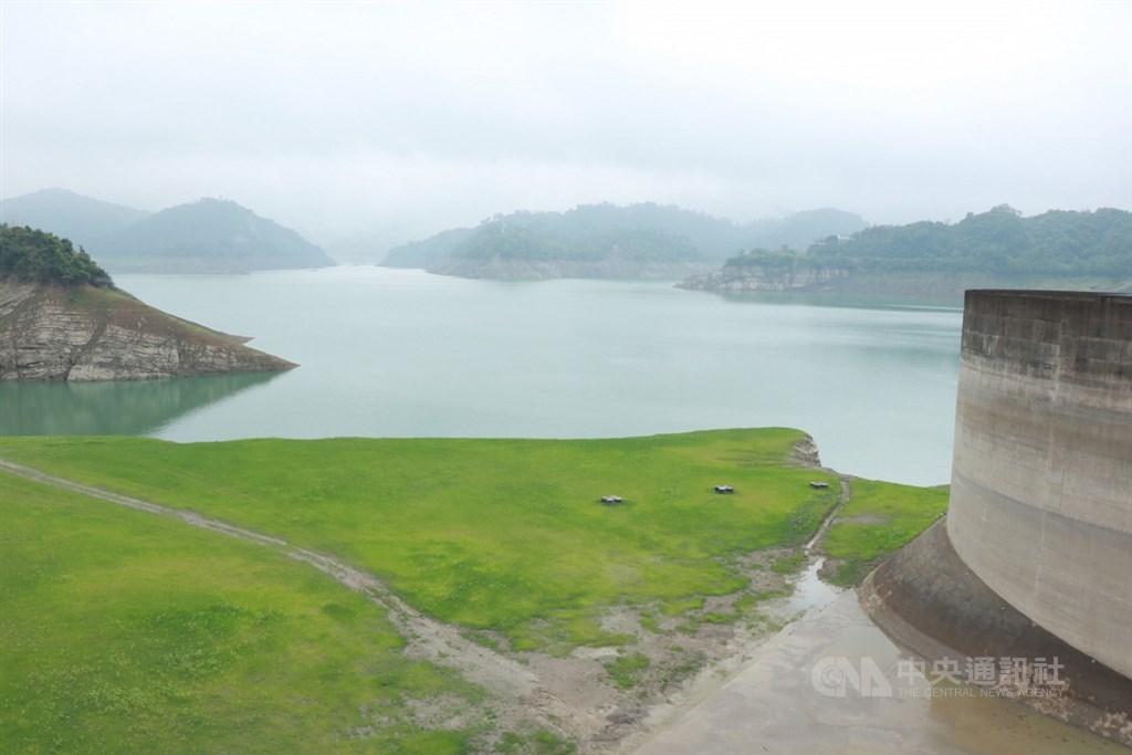 今年水情不佳,曾文水庫蓄水率已跌到3成以下,水利署表示,透過區域調度等措施,南部年底前都能穩定供水。圖為曾文水庫。(中央社檔案照片)