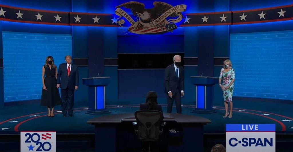 22日辯論會結束後,梅蘭妮亞(左1)和拜登(右2)妻子吉兒(右1)都上台向各自的丈夫表達支持,直到電視台直播畫面結束時,4人中只有川普(左2)沒戴口罩,形成強烈對比。(圖取自C-SPAN YouTube頻道網頁youtube.com)