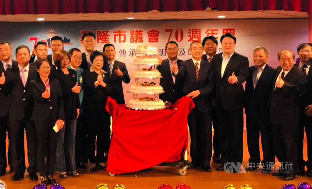 基隆市議會70週年,23日舉行慶祝活動,基隆市長林右昌(右4)應邀出席,與議長蔡旺璉(右6)等人一起切蛋糕祝福市議會生日快樂。中央社記者王朝鈺攝 109年10月23日