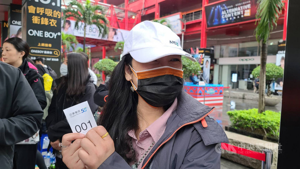 搶得中華電頭香的客戶是從事資訊業的魏小姐,這次瞄準iPhone 12 Pro 256GB太平洋藍而來,上週六就來卡位,且和表弟、弟弟輪班排隊。中央社記者江明晏攝 109年10月23日