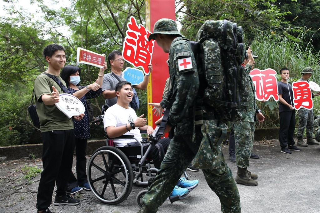 特指部特3營近期展開為期21天的戰術任務行軍訓練,秦良丰23日坐著輪椅,特地到特指部特三營「戰術任務行軍」的路線上,給予昔日同袍最溫暖的支持。(圖取自facebook.com/ROC.armyhq)