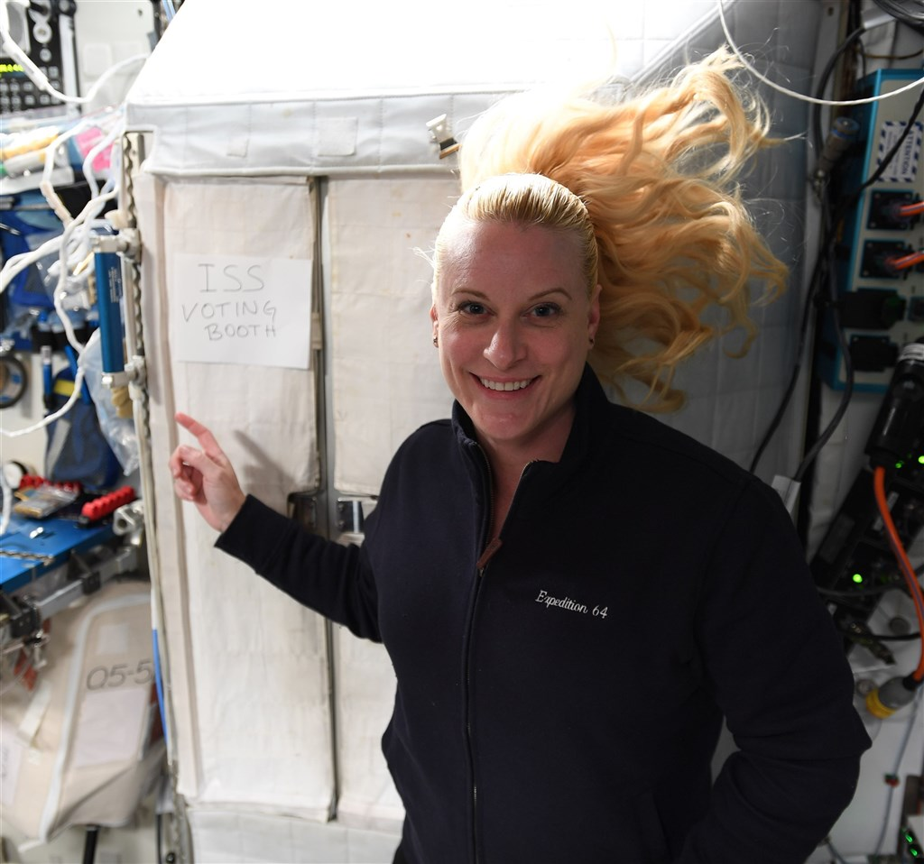 美國11月3日舉行總統大選,美籍太空人魯賓斯22日提早從國際太空站投票,儘管她距離地表408公里遠,仍可投票,而且不用排隊。(圖取自twitter.com/NASA_Astronauts)