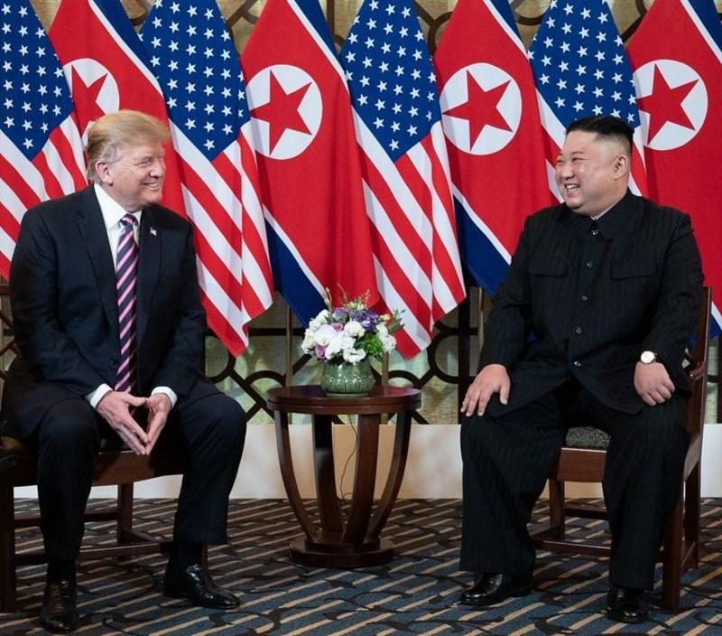 美國總統川普(左)22日在辯論會上自誇和北韓領導人金正恩(右)關係「非常好」,民主黨對手拜登痛批川普承認這個人權紀錄惡名昭彰的國家政權合法。圖為2019年2月川普和金正恩在越南河內會面。(圖取自facebook.com/WhiteHouse)