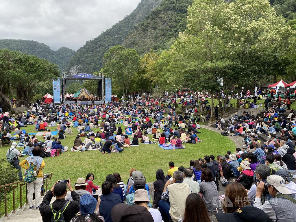東台灣年度音樂盛事「2020太魯閣峽谷音樂節」24日在太魯閣台地登場,吸引不少民眾前往聆賞,在大自然環抱下享受美妙樂音。中央社記者張祈攝 109年10月24日