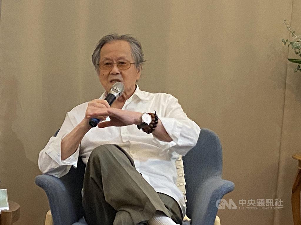 作家黃春明24日在台北舉辦「秀琴,這個愛笑的女孩」新書發表會,高齡86歲的他表示,他寫作不是為了得獎,而是因為得獎,能讓更多讀者了解作者,也更了解文學,「我覺得是一件好事,特別是我們已經這麼老了,還能受到這樣的鼓勵」。中央社記者陳秉弘攝 109年10月24日