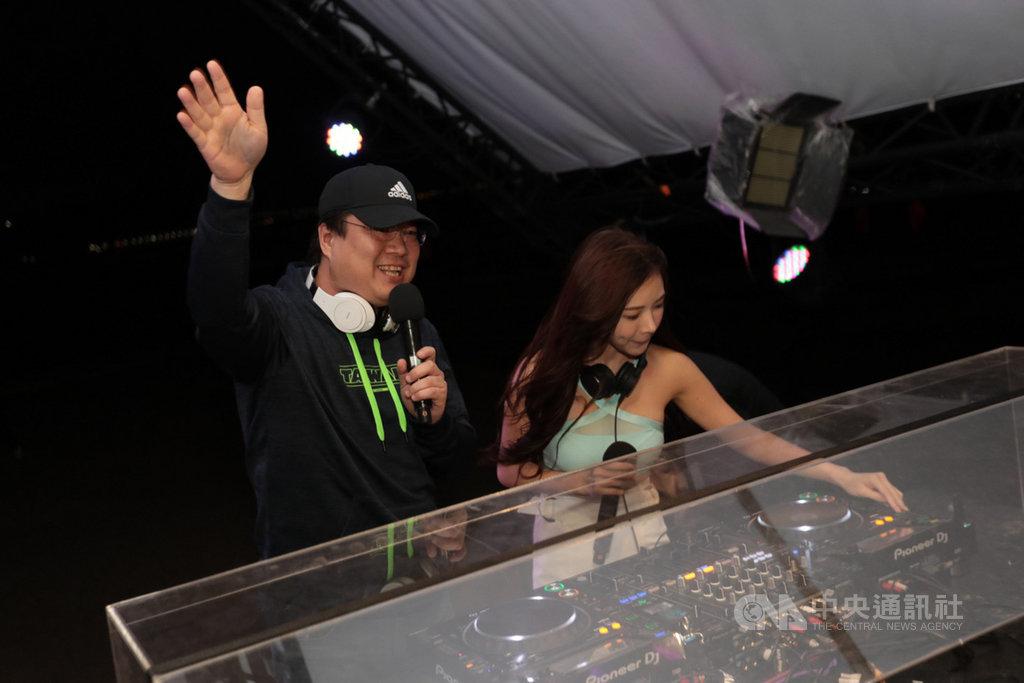 基隆市政府24日晚間邀請知名電音DJ與各式音樂風格的歌手在和平島公園舉辦電音派對,市長林右昌(左)到場與民同樂,客串DJ體驗刷盤。中央社記者王朝鈺攝 109年10月24日