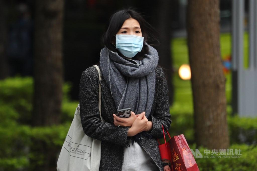 中央氣象局表示,24日北方乾冷空氣南下,各地低溫約攝氏19至21度。外出民眾穿上厚重衣物禦寒。中央社記者王騰毅攝 109年10月23日