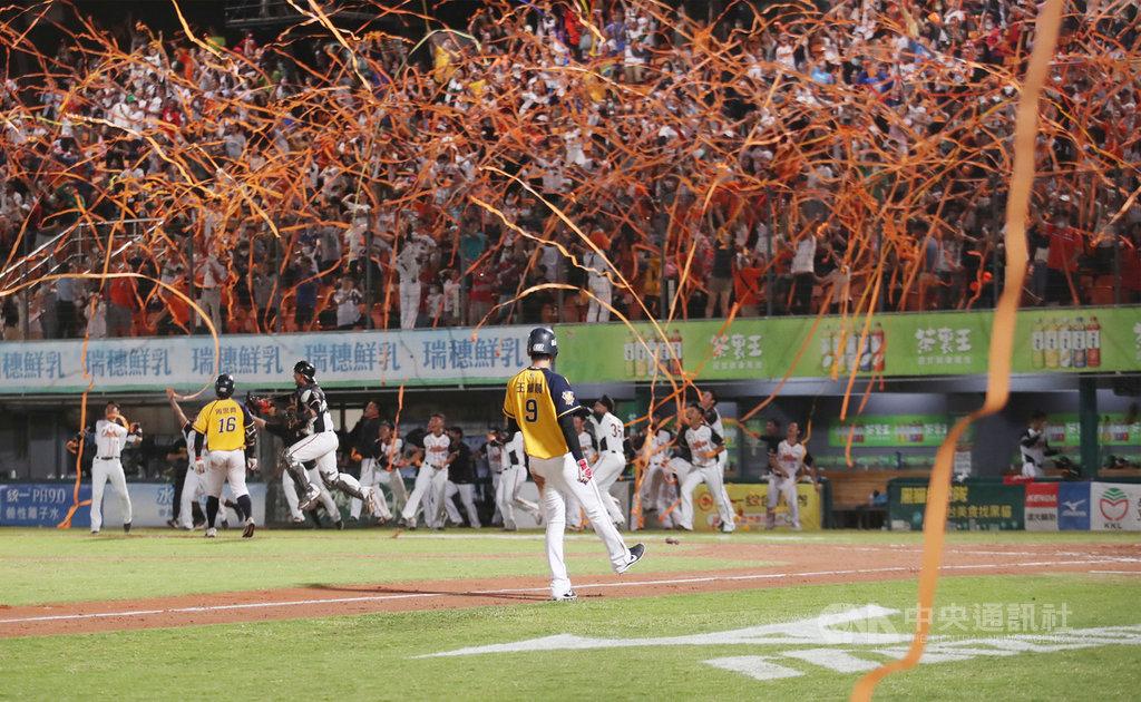 中職統一7-ELEVEn獅隊24日在主場台南棒球場迎戰中信兄弟隊,以3比2奪勝同時,也拿下中職31年下半季冠軍,現場球迷興奮拋出橘色彩帶。中央社記者張新偉攝 109年10月24日