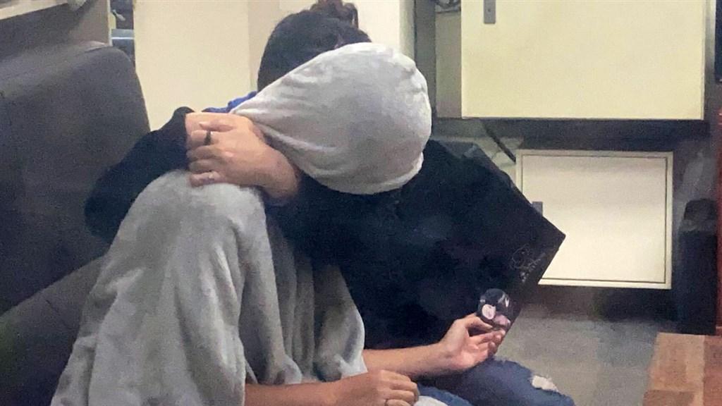 台中市一名高一少女日前遭男網友載走後失聯,家人焦急報案協尋,24日少女母親在派出所終於等到女兒歸來,少女也緊抱媽媽流下眼淚。(翻攝照片)中央社記者郝雪卿傳真 109年10月24日