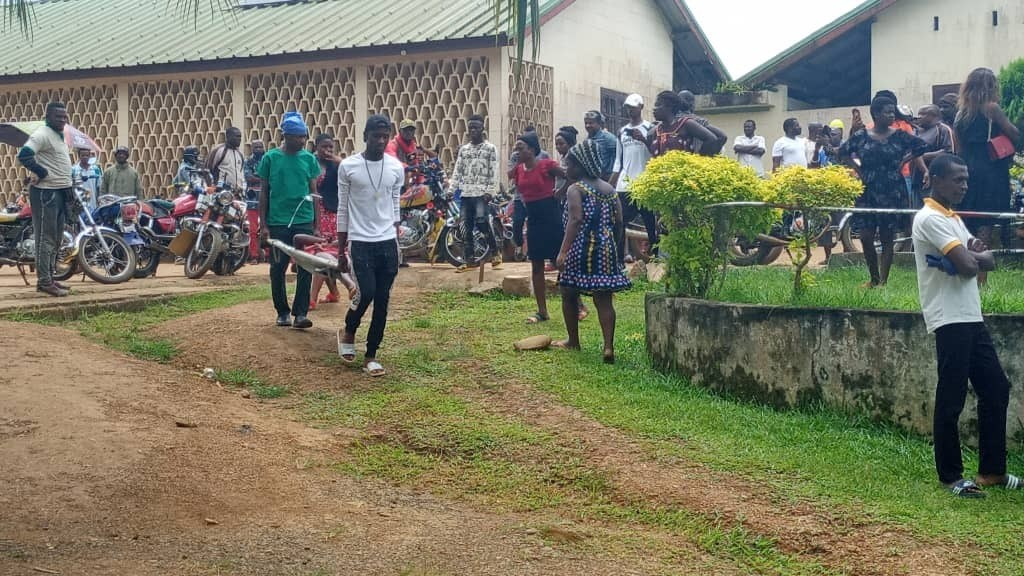持槍和砍刀的攻擊者24日襲擊喀麥隆西南部城市昆巴一所雙語學校,造成至少8名學童喪命和12人受傷。(圖取自/twitter.com/anchunda_benly)