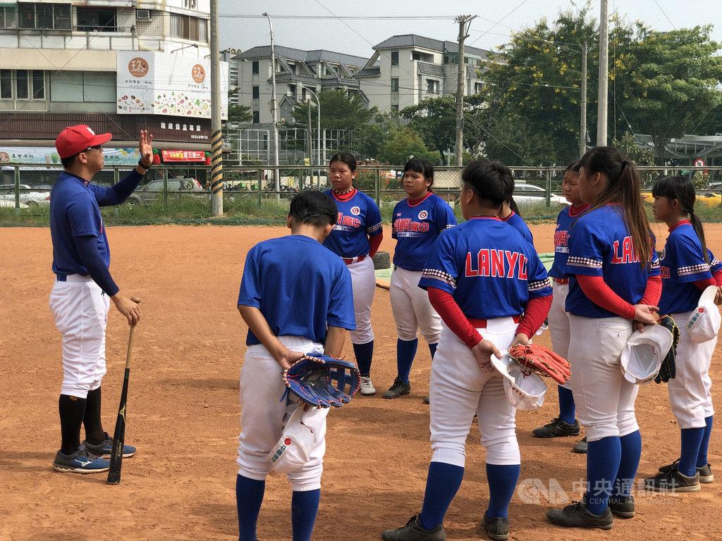 蘭嶼高中今年第3度參加黑豹旗全國高中棒球大賽,陣中8名「女黑豹」為各隊最多,預期比賽先發陣容會排入至少3名「女黑豹」,也是一大亮點。中央社記者謝靜雯攝 109年10月25日