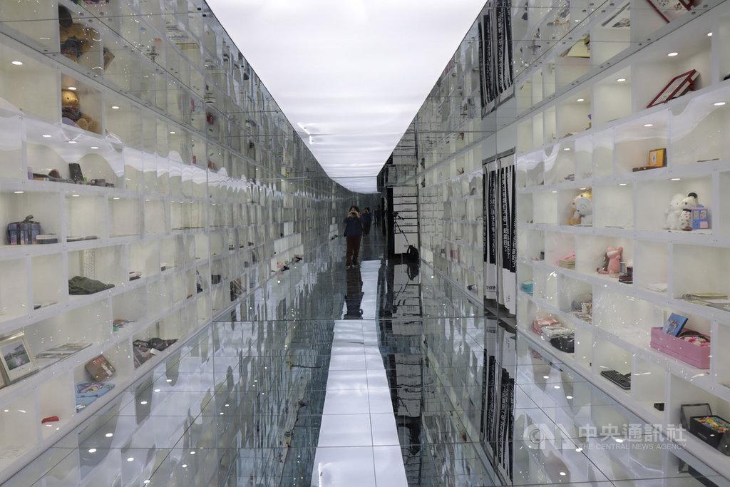 中國有許多失戀博物館,彼此同質性高,業者將展示空間的裝潢也當作經營重點,希望藉此成為網紅打卡地點。圖為上海一家失戀博物館內的一個展間。中央社記者張淑伶上海攝 109年10月25日