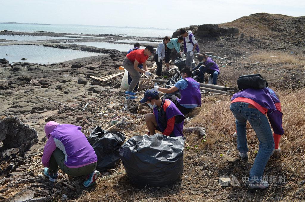 三總澎湖分院醫護及志工25日一起到漁翁島遊客服務中心附近海岸淨灘,在海風呼嘯下,共清出近700公斤海漂廢棄物,讓海岸線再現潔淨。中央社 109年10月25日