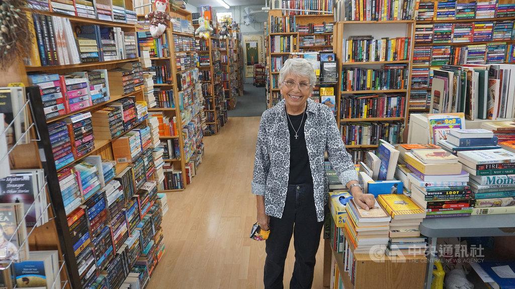 76歲的凱倫.克洛普(Karen Kropp)(圖)在洛杉磯郊區阿凱迪亞 (Arcadia)經營二手書店The Book Rack,受到在地居民支持。中央社記者林宏翰洛杉磯攝 109年10月25日