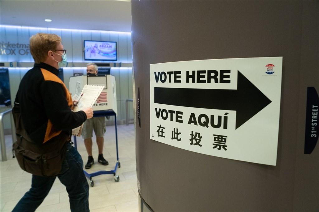 美國總統大選將至,民主黨票倉紐約市提前投票24日開跑,大批紐約民眾紛紛前往投票。圖為紐約民眾到麥迪遜花園廣場體育館投票。(法新社)