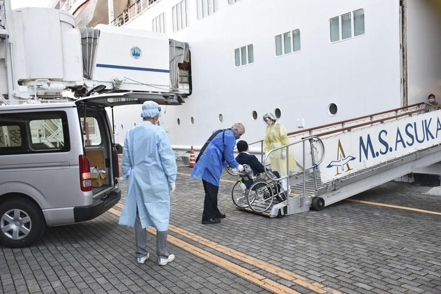 約翰霍普金斯大學追蹤數據顯示,截至台灣25日上午7時,全球至少114萬7709人死於武漢肺炎,4247萬5550例確診。圖為停泊在日本橫濱港的飛鳥2號郵輪21日防疫演練。(共同社)