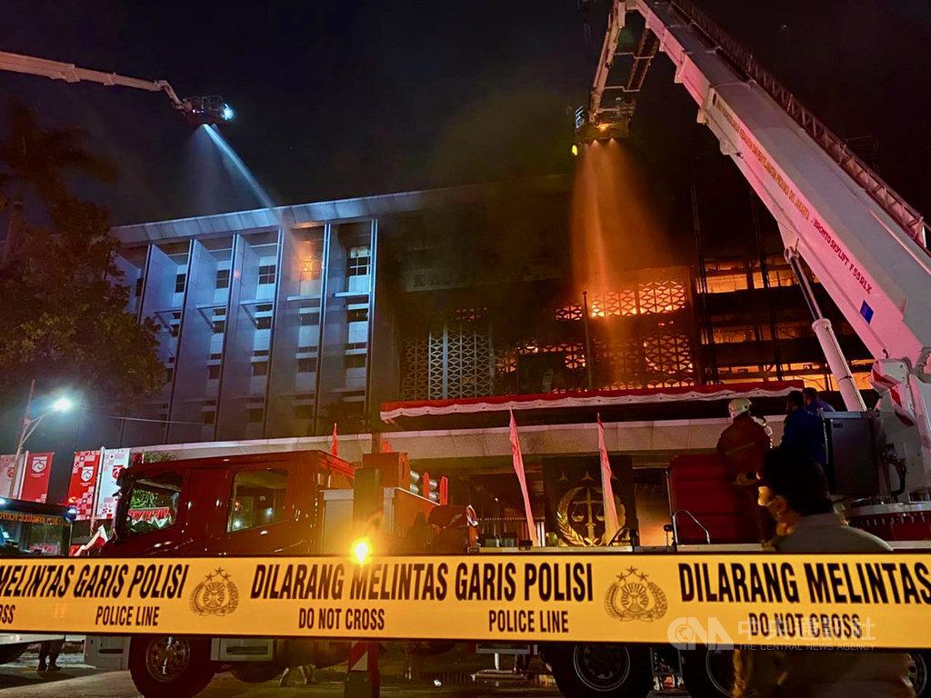 印尼最高檢察署8月22日發生大火,主建物陷入火海。印尼警方10月23日完成調查指出,火災因工人疏忽丟棄菸蒂造成,共8名相關人被列為嫌犯。(讀者提供)中央社記者石秀娟傳真 109年10月26日