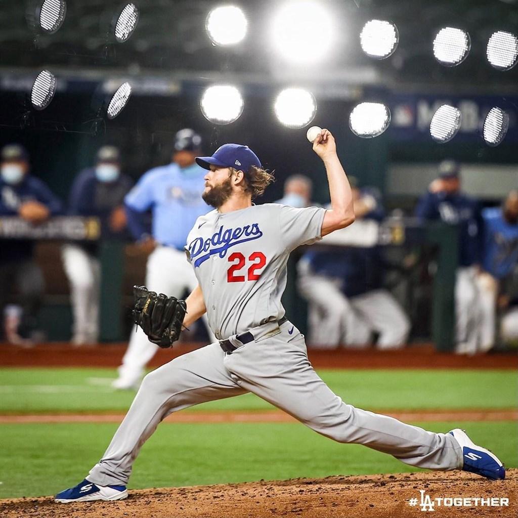 MLB世界大賽第5戰,道奇強力左投柯蕭(圖)在5下三振光芒中外野手凱麥爾,隨後又將生涯季後賽奪三振推至207次新高。(共同社)